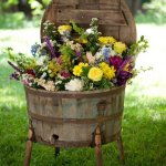 Vaza de flori realizata din butoi vechi