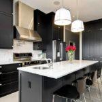 Bucatarie in stil american cu mobila neagra