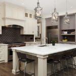 Bucatarie americana cu mobilier in doua culori