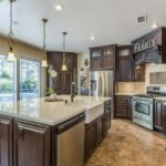 Amenajare bucatarie mare cu mobilier clasic