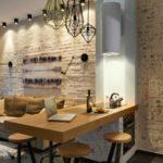 Interior cu caramida decorativa si bar modern