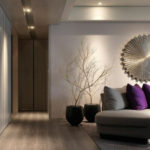 Living modern cu ornamente metalice pentru perete