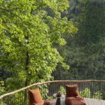 Balcon cu balustrada din bambus si decking din lemn