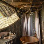 Baie cu pereti amenajati cu bambus