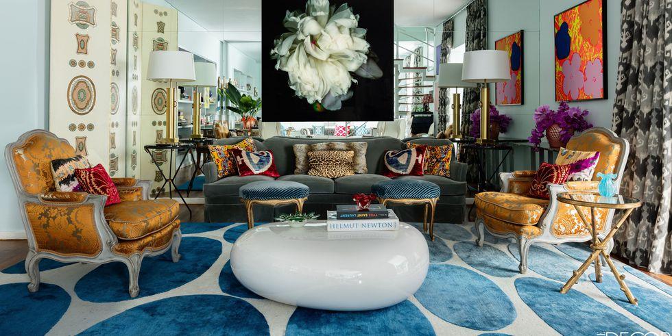 Living cu mobilier clasic si perete oglinda