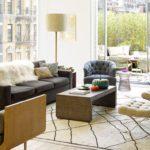Living alb cu mobilier in culori inchise