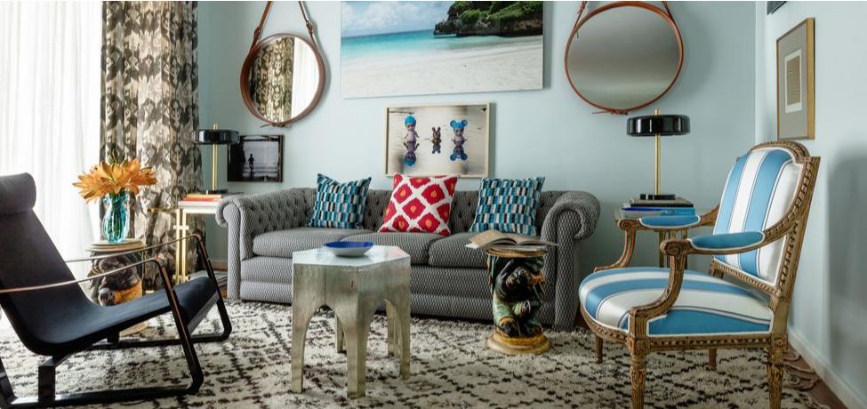 Canapea gri cu perne colorate