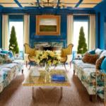 Living albastru cu canapele inflorate