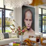 Living cu ferestre mari si portret decorativ
