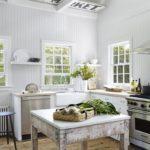 Bucatarie in stil provence cu lambriu alb