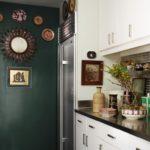 Bucatarie alba cu pereti verzi cu decoratiuni