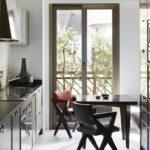 Bucatarie de apartament cu balcon