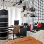 Camera alb negru cu tavan si pereti tapetati