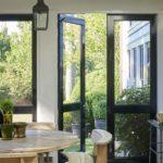 Veranda inchisa cu ferestre si usi inalte