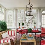 Living alb eclectic cu coloane decorative si accente rosii