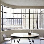 Decor minimalist cu fereastra lunga si inalta