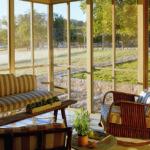 Terasa cu living inchisa cu lemn si sticla