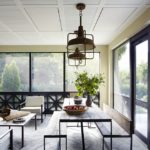 Living cu ferestre inalte si mobilier rustic