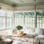 Living alb cu multe ferestre si decor rustic