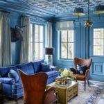 Living albastru cu lambriu din lemn vopsit