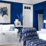 Living cu pereti albastru intens si mobila alba