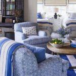Living in stil marin cu masa decorativa rotunda