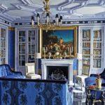 Living baroc cu biblioteca in perete si tavan decorativ