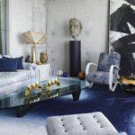 Living modern cu accente albastre si pereti decorativi nefinisati