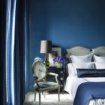 Dormitor elegant albastru cu mobilier clasic