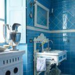 Baie cu faianta decorativa albastra lucioasa