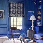 Living albastru cu pereti placati cu lemn