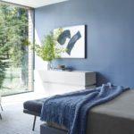 Dormitor cu perete din sticla si mobila minimalista