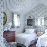 Dormitor fete cu pereti si tavan cu tapet cu buline