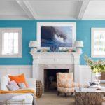 Living albastru cu semineu alb decorativ