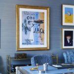 Camera albastra cu tablouri decorative si accente aurii