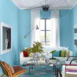Living ingust bleu cu lustra cu abajur mare metalic
