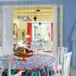 Dining bleu cu masa si scaune albe