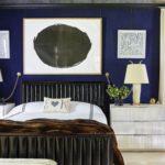 Dormitor in stil marin cu accesorii albe