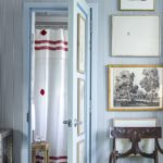 Decor bleu cu tablouri si ornamente rustice