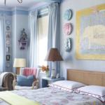 Dormitor bleu cu decoratiuni interesante de perete