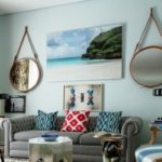 Living cu tablouri si oglinzi decorative