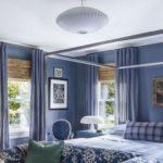 Dormitor albastru cu pat cu baldachin