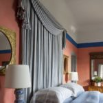 Dormitor baroc cu rosu si albastru