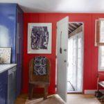 Bucatarie rustica colorata in doua culori