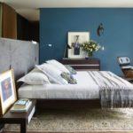 Dormitor modern cu perete albastru de accent
