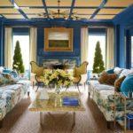 Living albastru cu tavan casetat