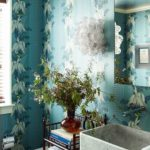 Baie cu tapet albastru floral