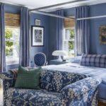 Dormitor albastru vintage cu pat cu baldachin