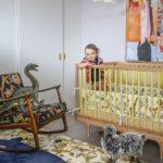 Camera alba bebelus cu accesorii colorate