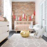 Camera bebe cu perete accent din caramida